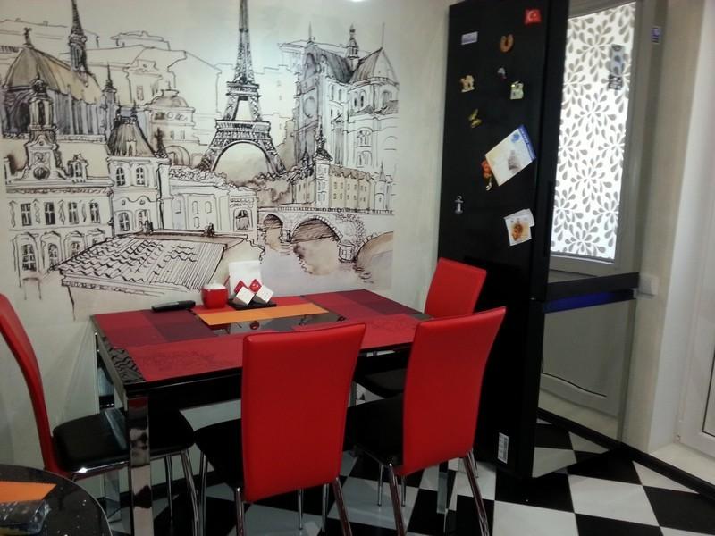Фотообои с изображением Парижа на стене кухни в городской квартире