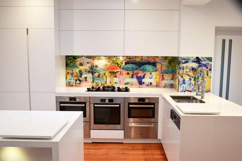 Белая кухня с ярким стеклянным фартуком