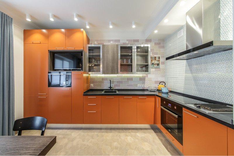 Угловой гарнитур в кухне-гостиной 20 квадратов
