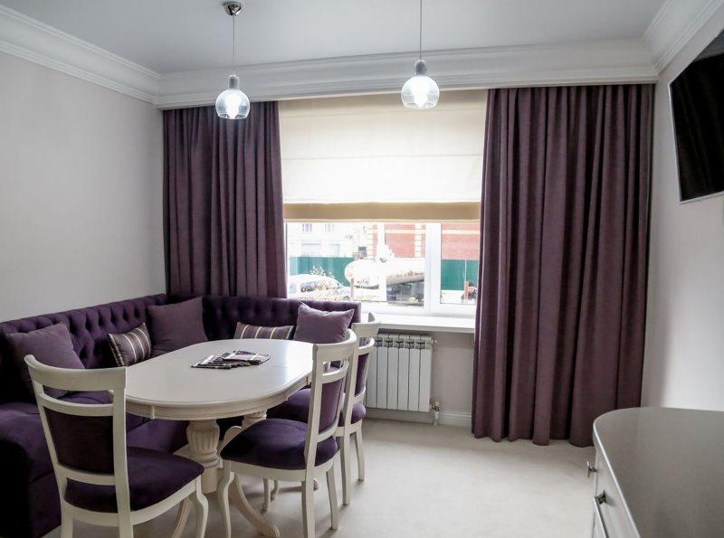 Темно-фиолетовые шторы на кухне с диваном