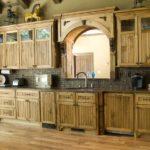Линейный гарнитур из дерева для кухни в стиле кантри