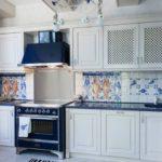 Синие столешницы гарнитура в средиземноморском стиле