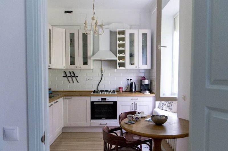 Открытая дверь в кухню панельного дома