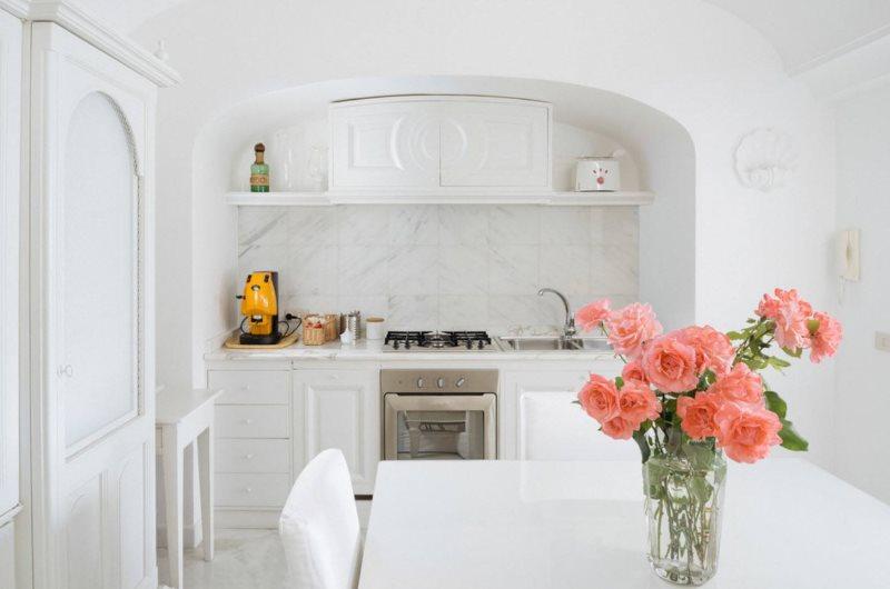 Белый гарнитур в нише кухни-столовой