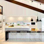 Дизайн большой кухни в мансардном помещении