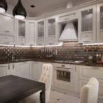 Керамический фартук в угловой кухне