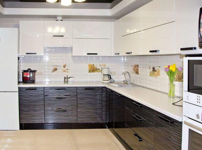 Белая глянцевая кухня.