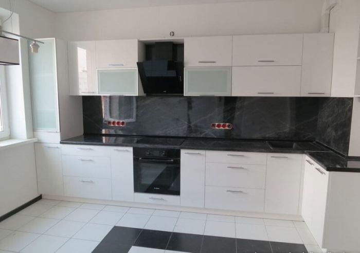 Черный фартук на кухне.