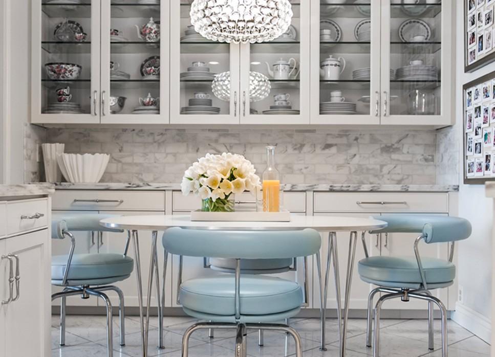 Голубая обивка кухонных стульев с подлокотниками