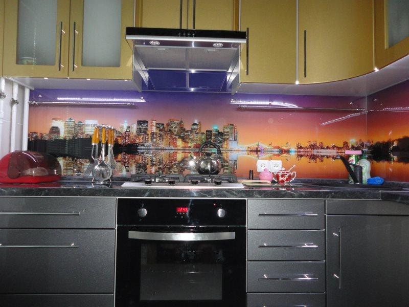 Панорама ночного города на скинали для кухни