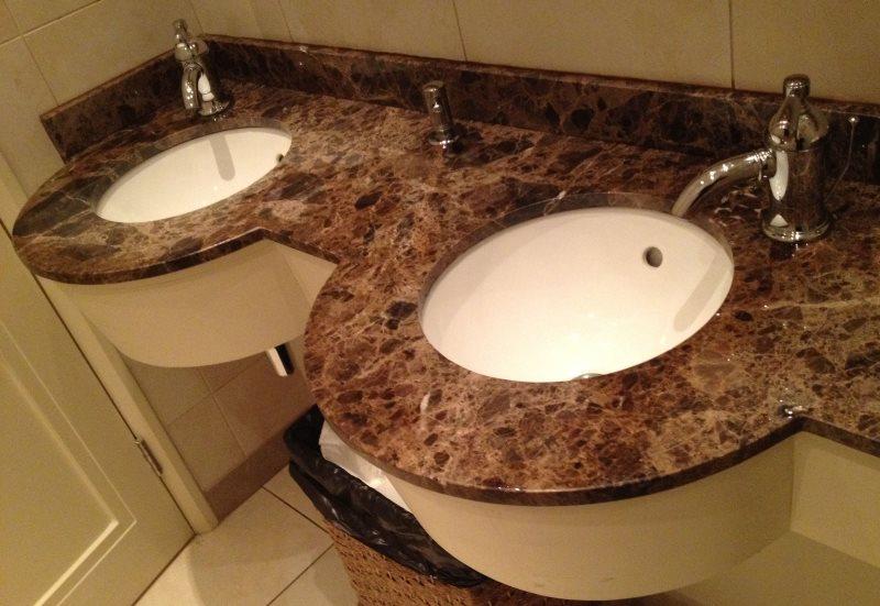 Гранитная столешница в ванной с двумя умывальниками