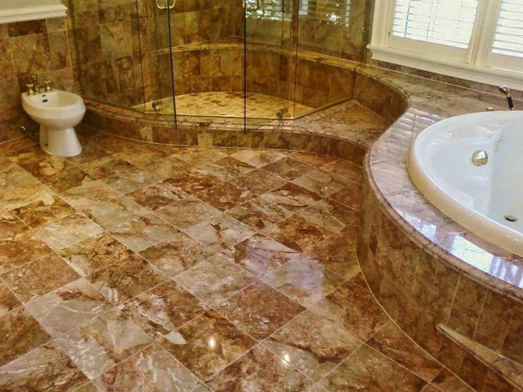 Гранитный пол в интерьере ванной комнаты