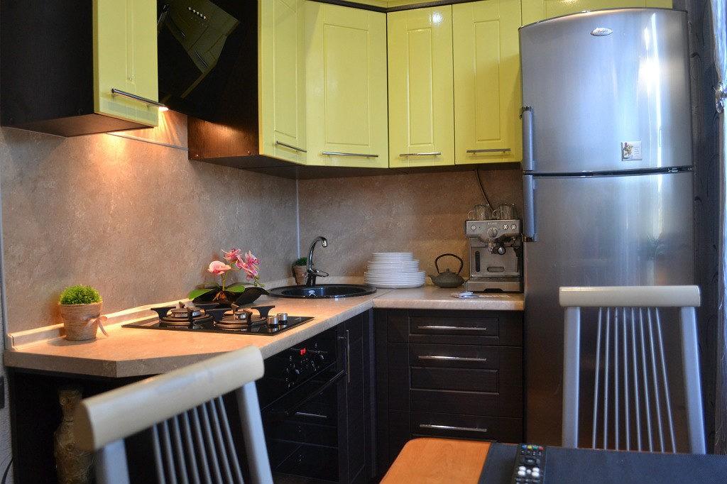Двухкамерный холодильник возле кухонного окна