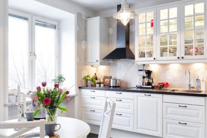 Белая линейная кухня.
