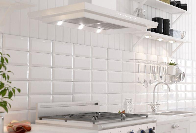 Белая плитка кабанчик на кухонном фартуке