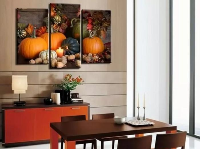 Картины на стене кухни.