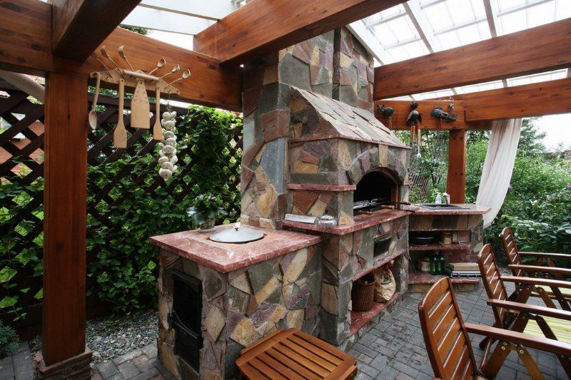 Каменная облицовка печи в летней кухне