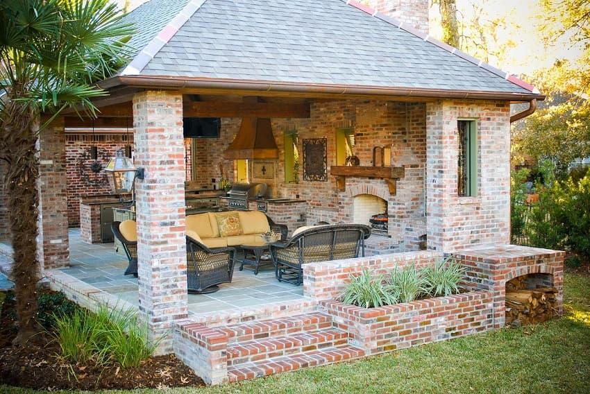 Кирпичная летняя кухня с печью-камином