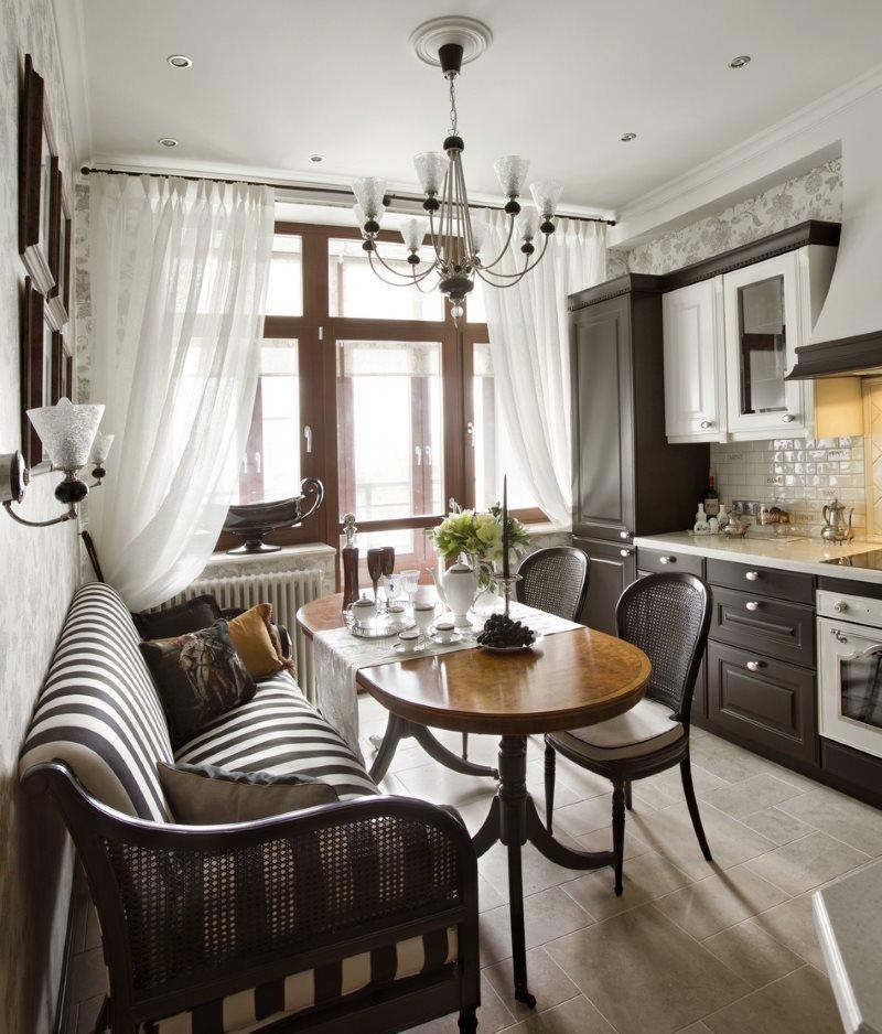 Полосатый диван в кухне классического стиля
