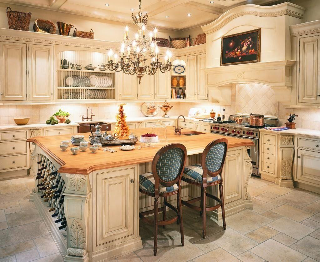Кухня с люстрой в классическом стиле