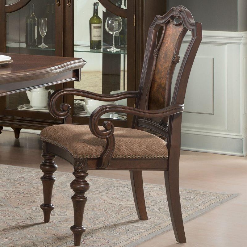 Деревянный стул с подлокотниками классического дизайна
