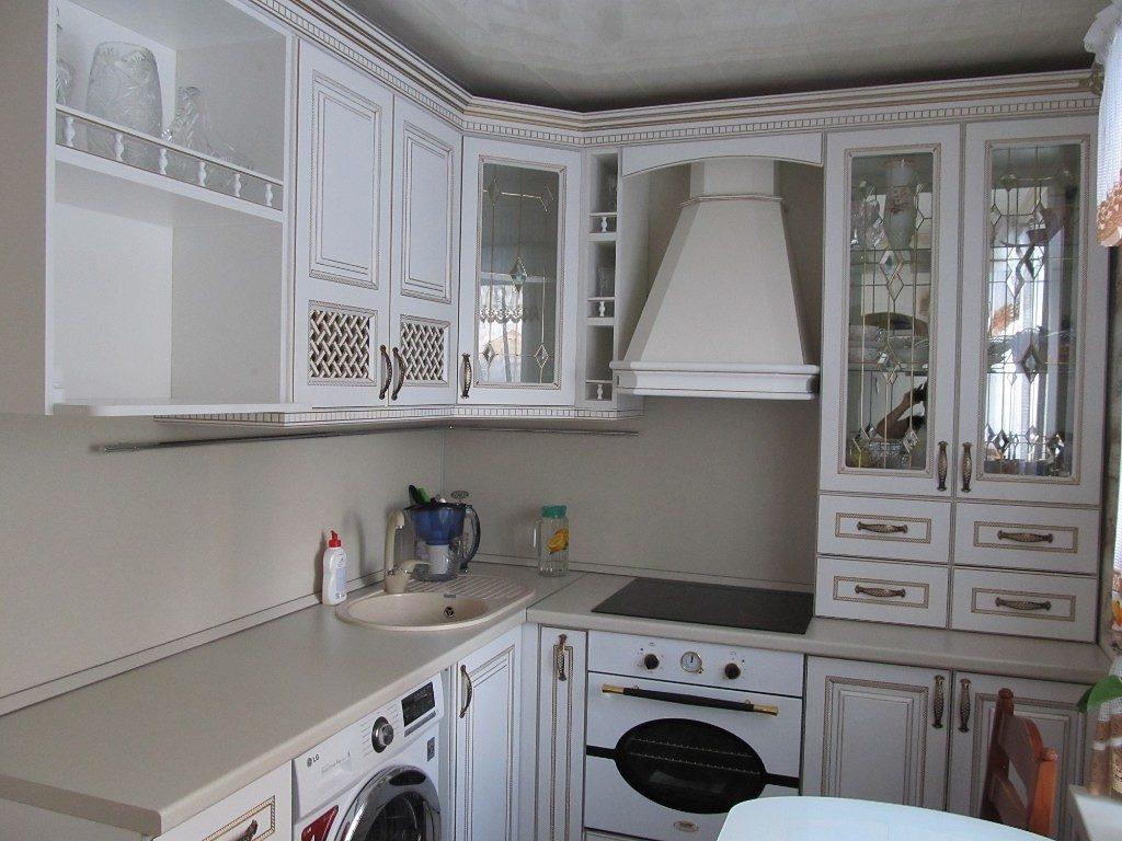 Угловой гарнитур в классическом стиле для маленькой кухни