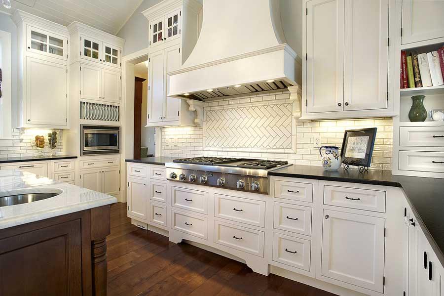 Классическая кухня с белой мебелью