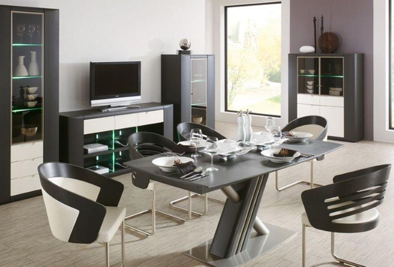 Обеденная зона кухни с удобными стульями из металла и пластика
