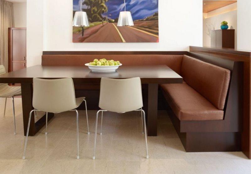Мягкий уголок с коричневыми сидениями из эко-кожи