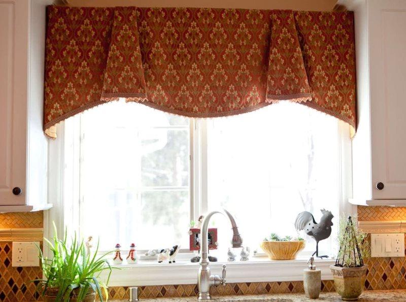 Короткая занавеска со складками на окне кухни