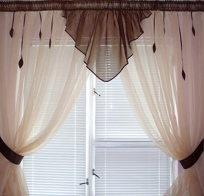 Комбинация короткого тюля со шторами плиссе на окне кухни