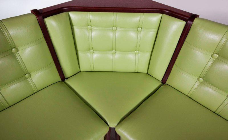 Зеленая экокожа на кухонном диванчике