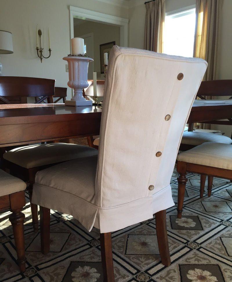 Светлый кожаный чехол на обеденном стуле