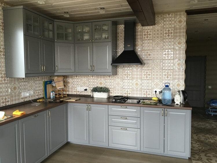 Отделка стены кухни керамической плиткой с рисунком