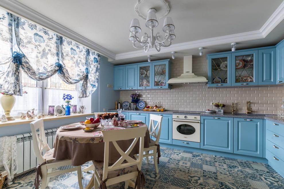 Легкие занавески со сборками в кухне стиля прованс