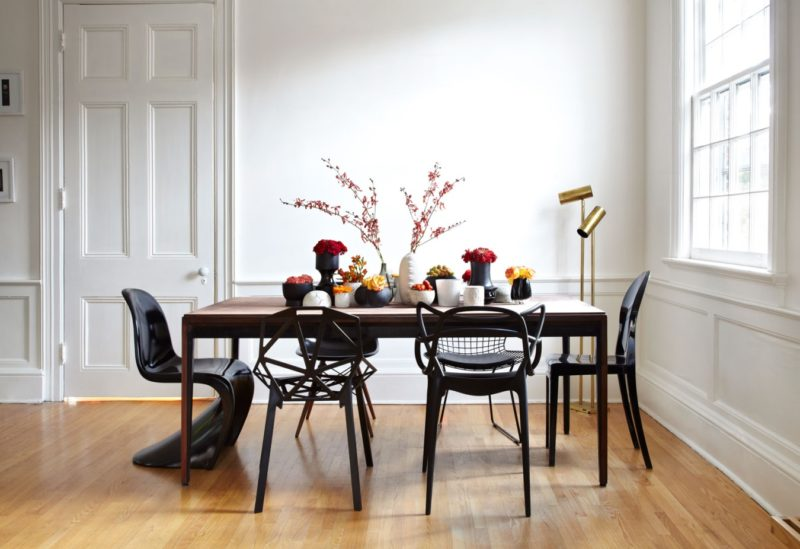 Обеденная группа с деревянной мебелью в белой кухне