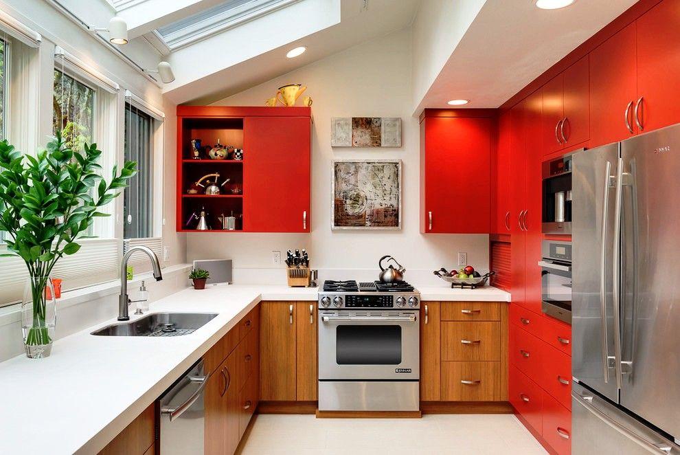 Газовая плита в кухне с красной мебелью