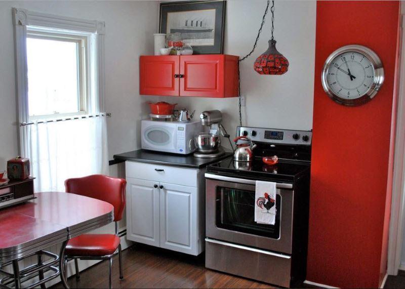 Красная мебель на кухне размерами 3 на 3 метра