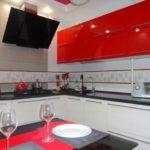 Красно-белый гарнитур в компактной кухне