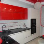 Подвесные шкафы с красными фасадами