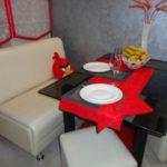 Красная салфетка на обеденном столе