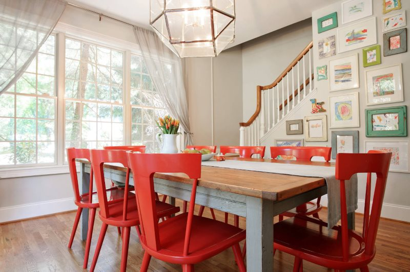 Красные стулья в интерьере кухни частного дома