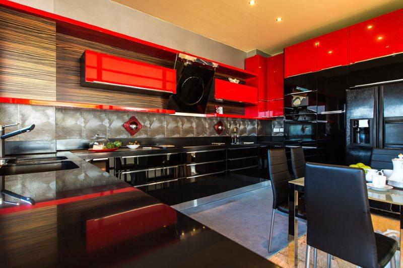 Красные подвесные шкафы в кухне с черными тумбами