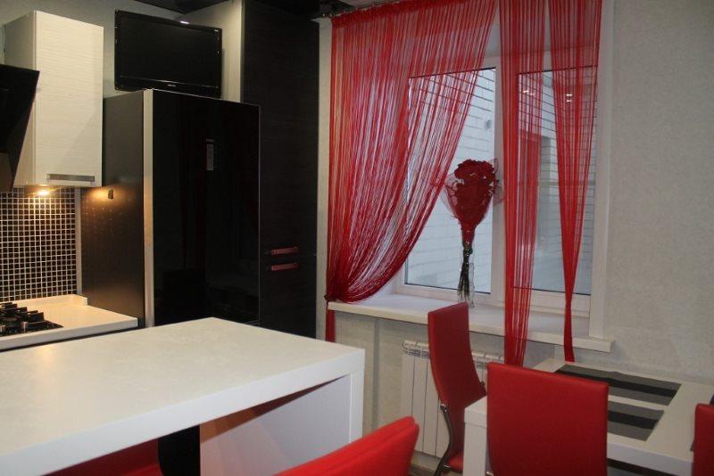 Красные нитяные шторы в маленькой кухне