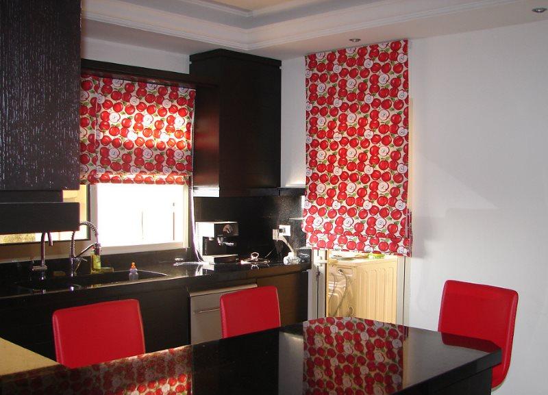 Римские шторы на окнах кухни в черно-красном цвете