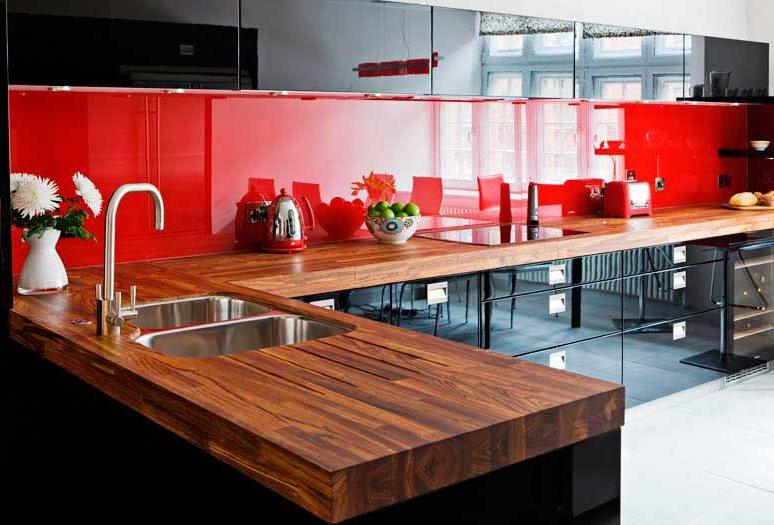 Красный фартук в кухне с черным гарнитуром