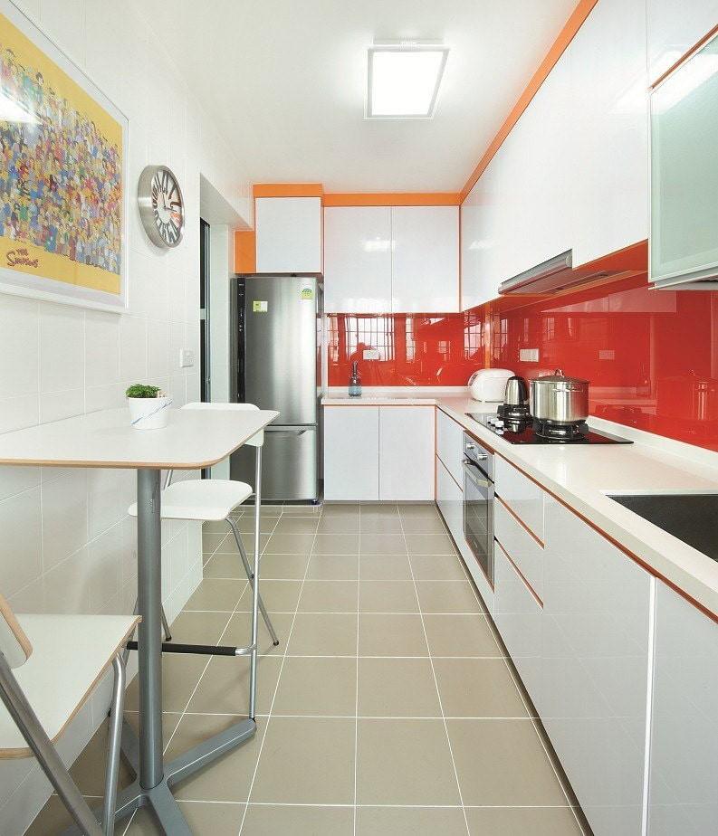 Красный фартук в узкой кухне с угловым гарнитуром