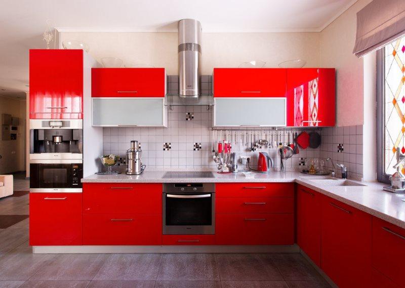 Черная бытовая техника в красном кухонном гарнитуре