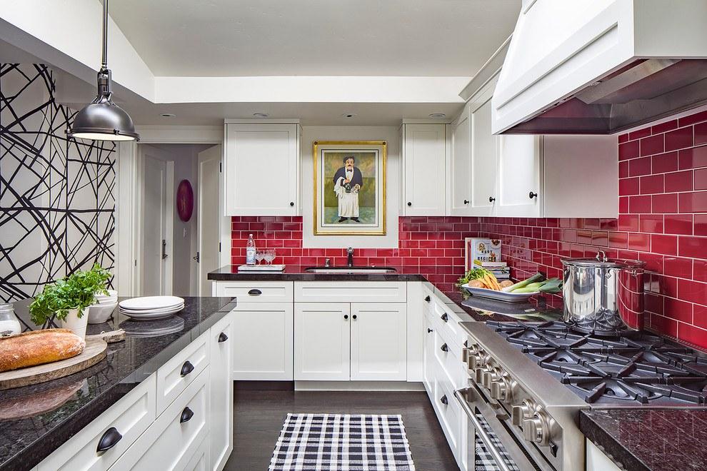 Красный фартук из глазированной плитки в интерьере кухни