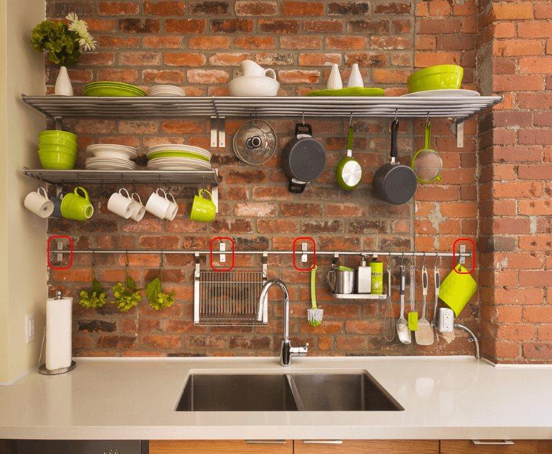 Крепление кухонного рейлинга на стене из красного кирпича
